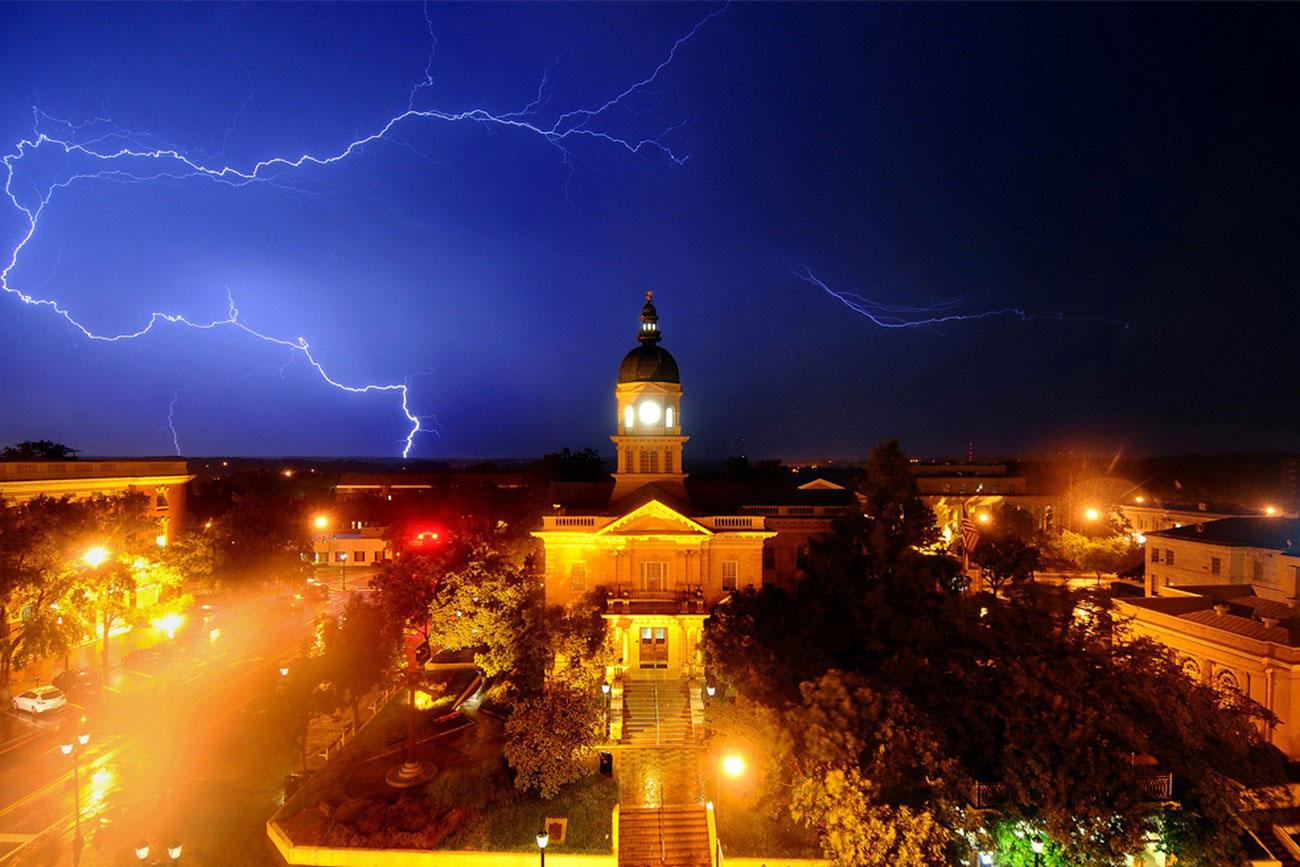 Молния над мэрией в Афинах, фото