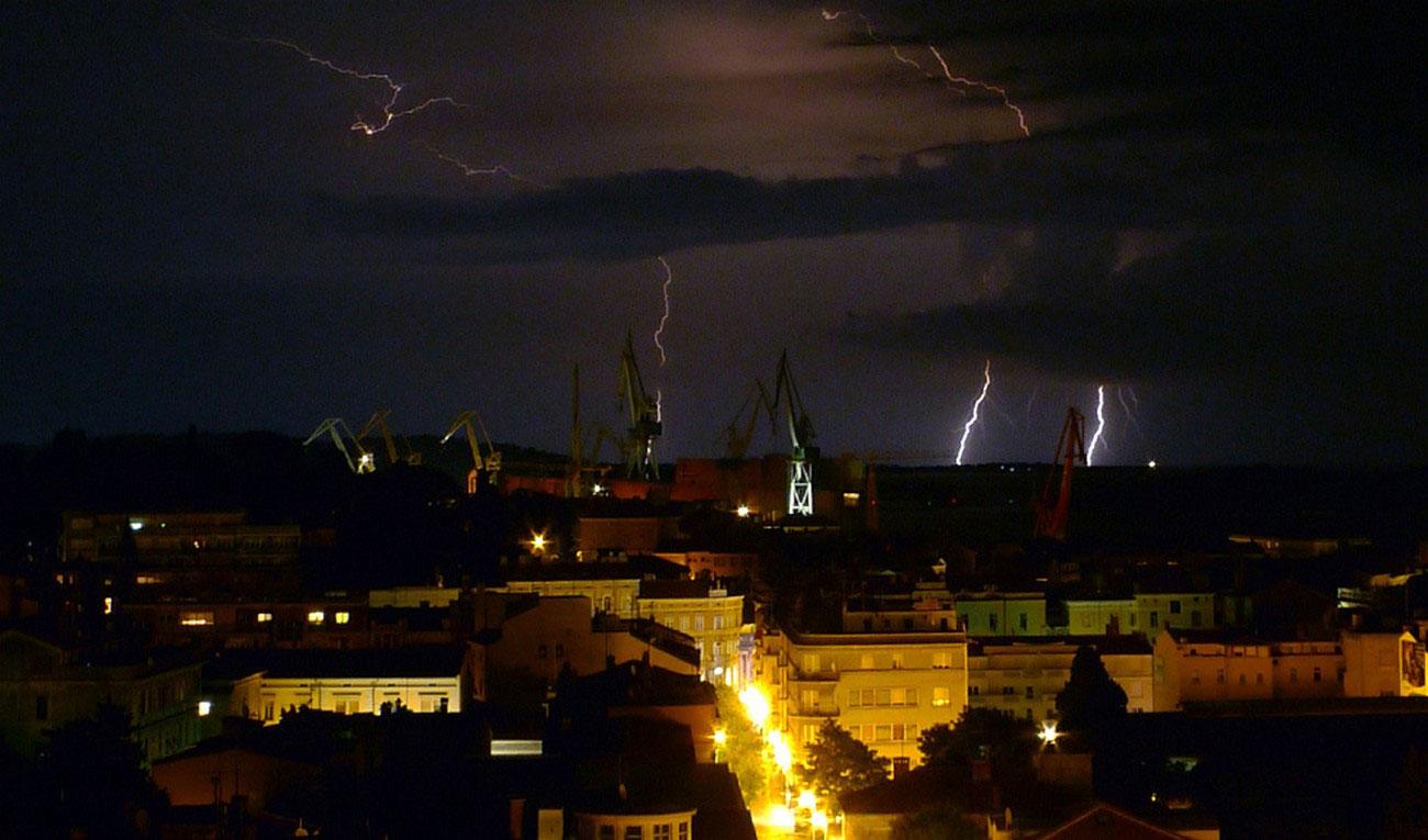 Вспышки молний над портом Пула, фото