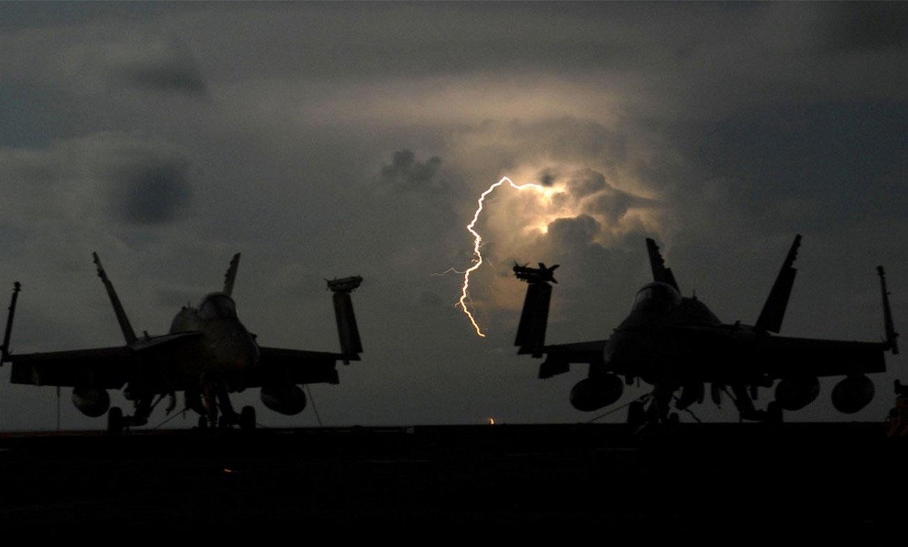 Гром и молния около самолетов, фото