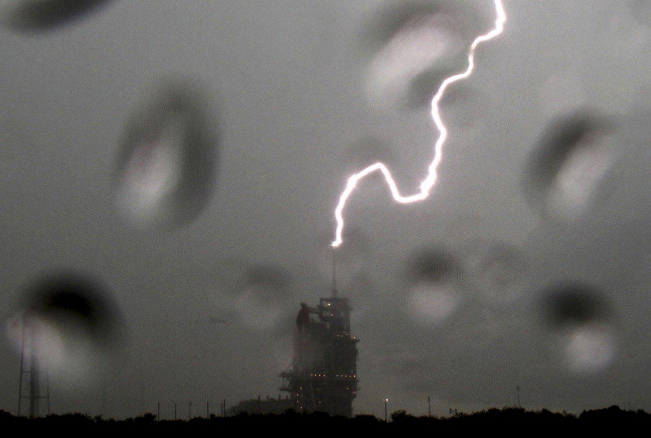 Удар молнии по космическому шаттлу, фото