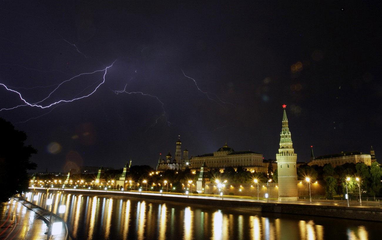Разряды молний видны над Москвой-рекой, фото