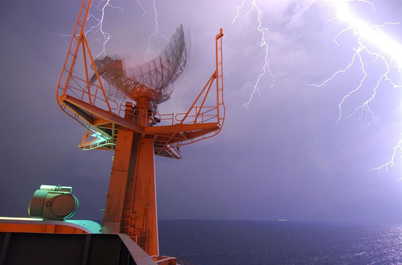 Вспышки молний над американским авианосцем
