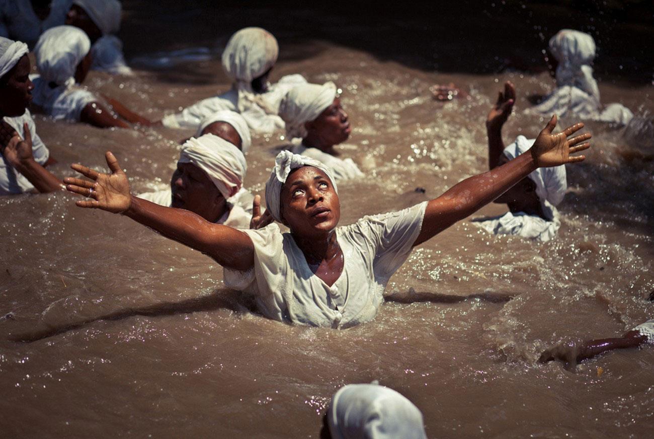 Гаитянские женщины входят в транс, фото Нешенел Географик