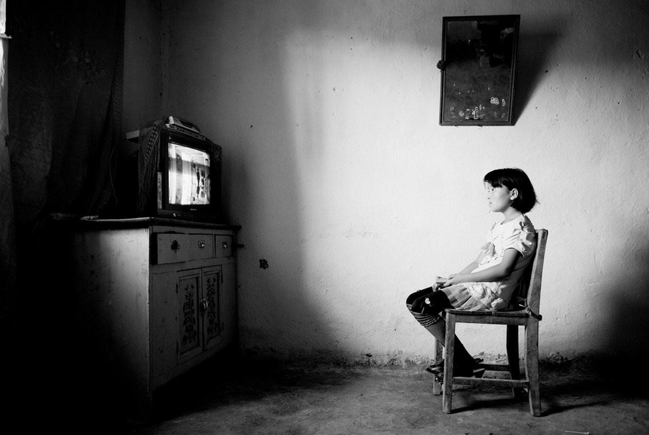 девочка смотрит телевизор, фотография
