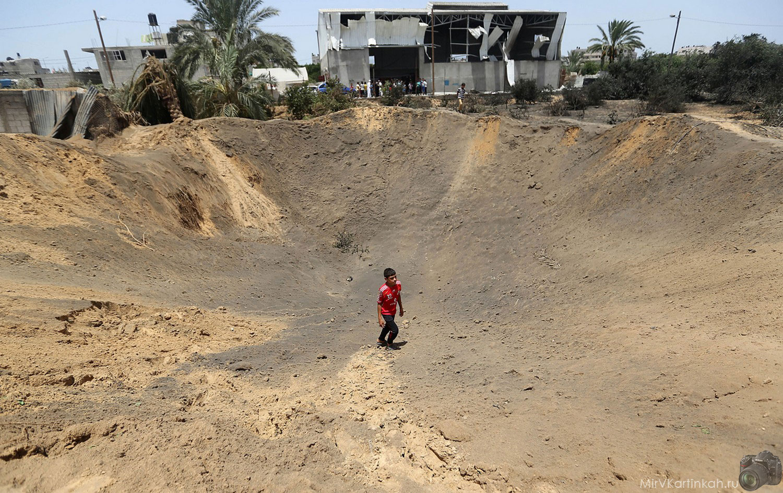 ребенок внутри кратера