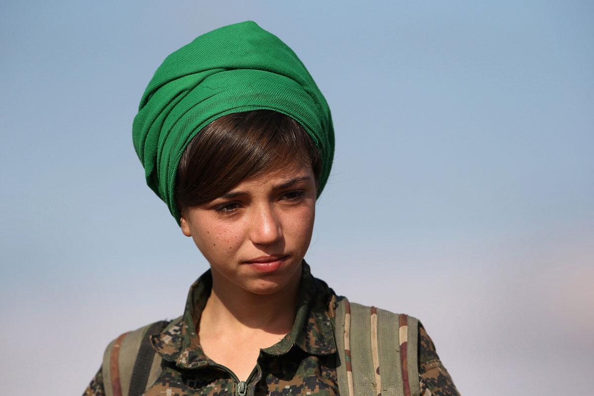 >Курдская женщина-солдат» width=»990″/>Курдская женщина-солдат во время редких минут отдыха на военной базе недалеко от города Hole, Сирия.</p> <p><img src=