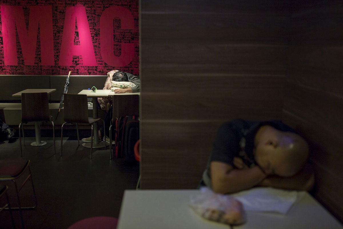 Мужчины спят