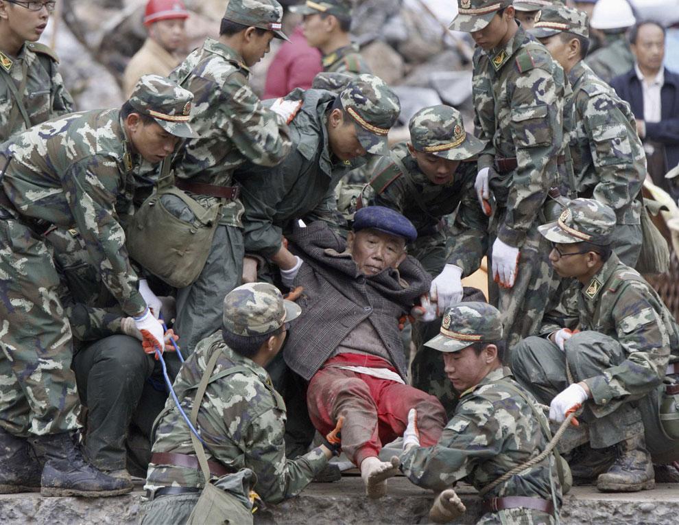 пострадавшего вытащили из под обломков