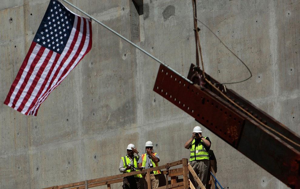 установка флага на мемориале, 11 сентября 2001 года, США