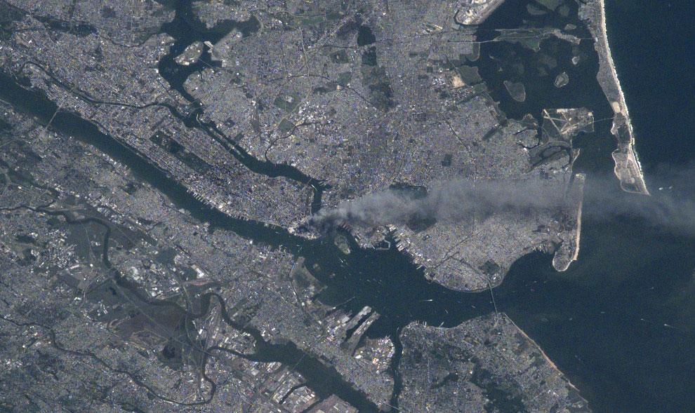 дым поднимается от Манхэттена, 11 сентября 2001 года, США