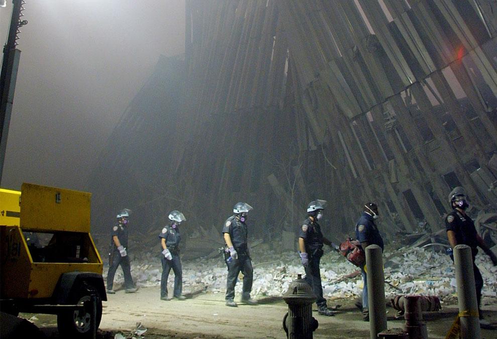 пожарные на руинах башен-близнецов, 11 сентября 2001 года, США