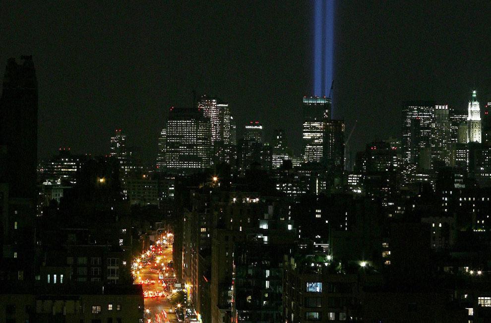 два синих луча в небо в память о погибших 11 сентября 2001 года, США, фото