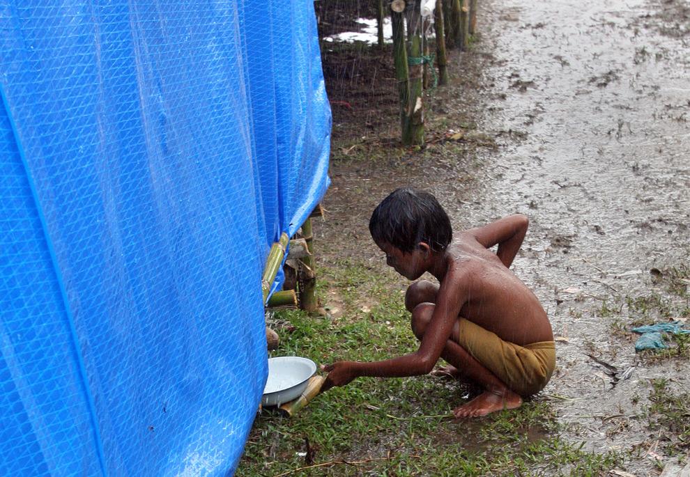 ребенок собирает воду фото