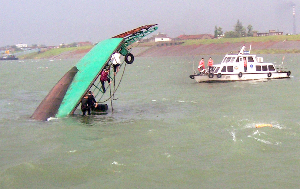 перевернутый паром от шторма в Китае