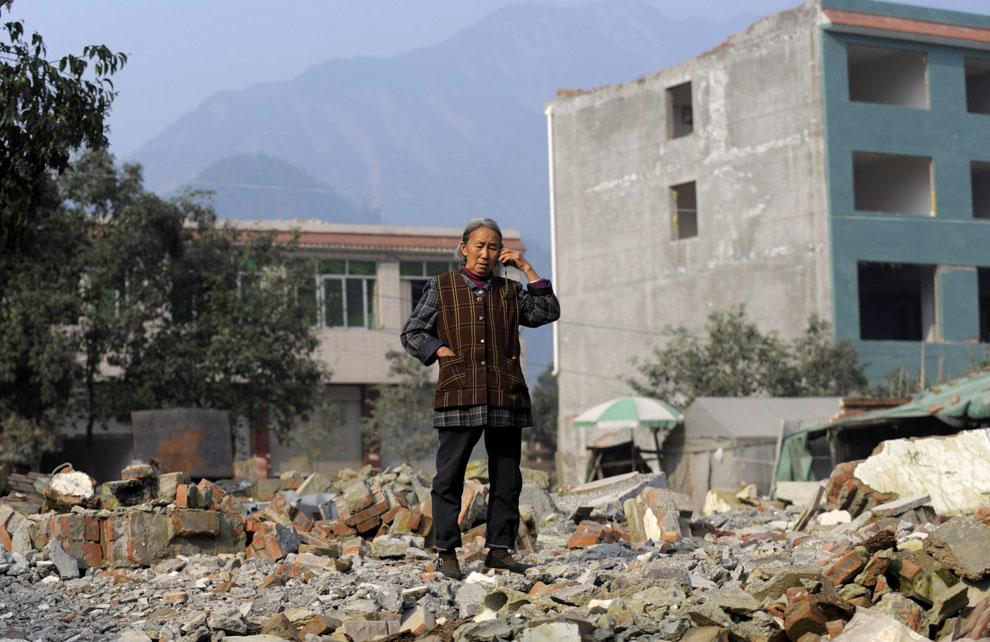 пострадавшая от землетрясения на руинах дома, Бэйчуань, Китай фото