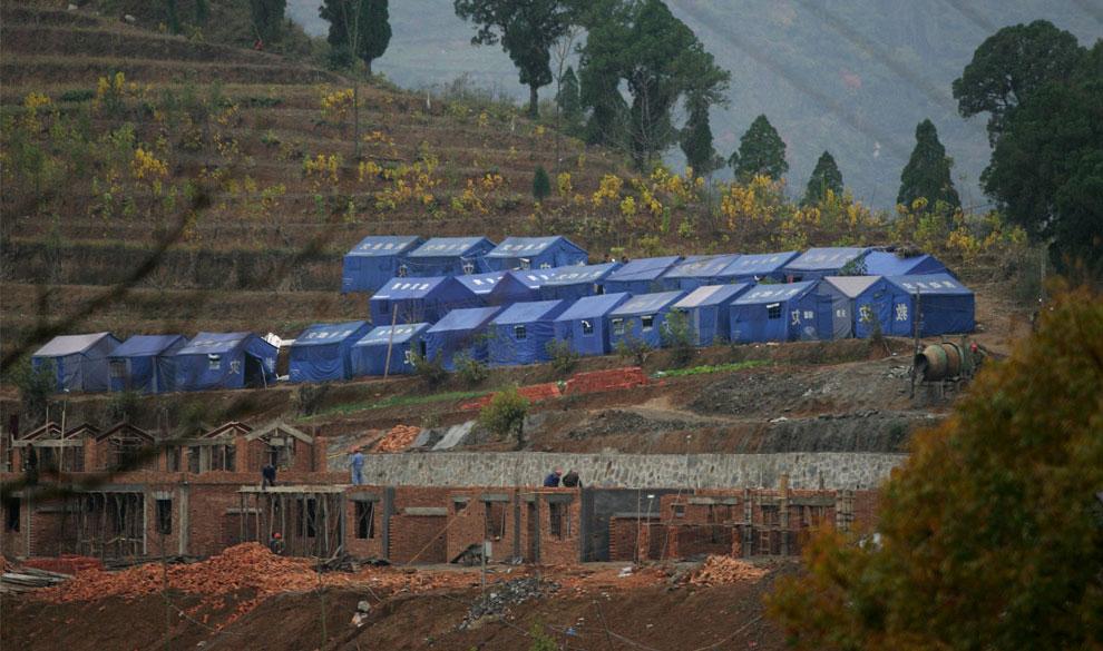 оставшиеся без крова жители в самодельных палатках, Бэйчуань, Китай фото