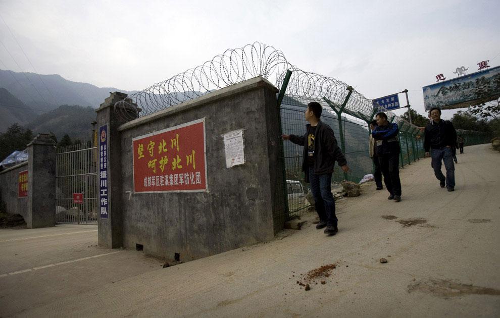 пострадавший округ огородили колючей проволокой, Бэйчуань, Китай фото