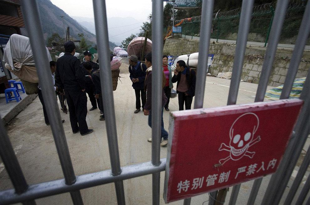 Полиция проверяет личности жителей, Бэйчуань, Китай фото