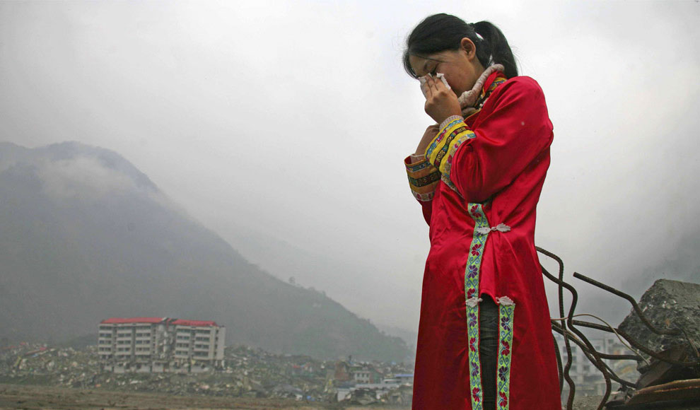женщина оплакивает мужа и дочь, Бэйчуань, Китай фото