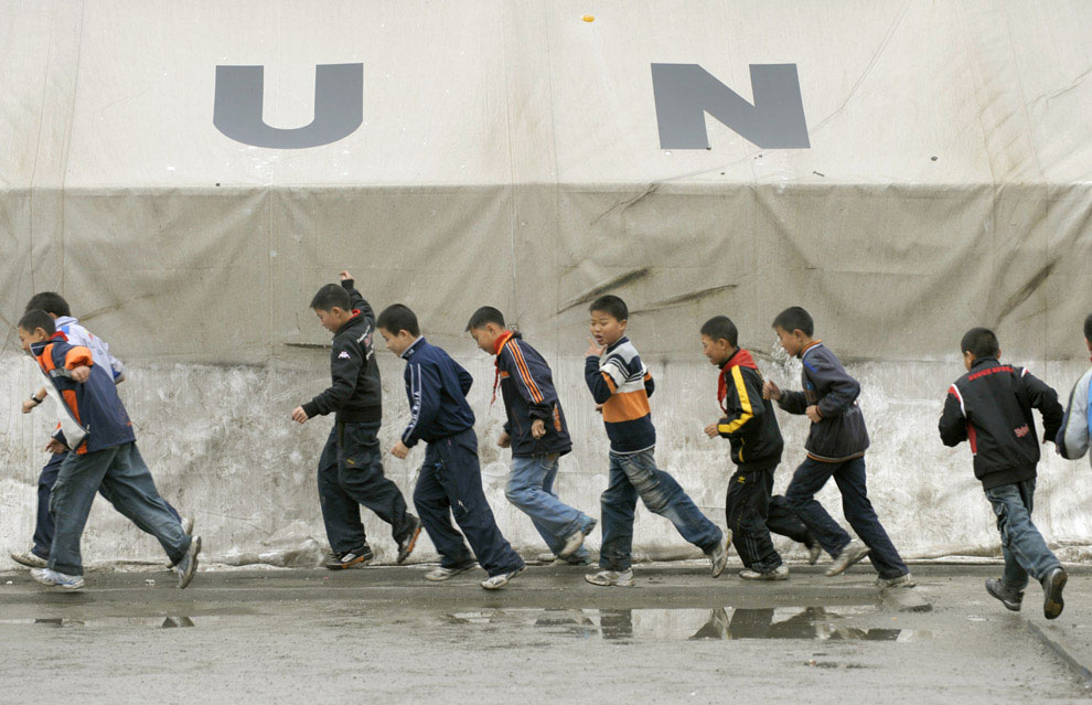 школьники у временной школы, Бэйчуань, Китай фото