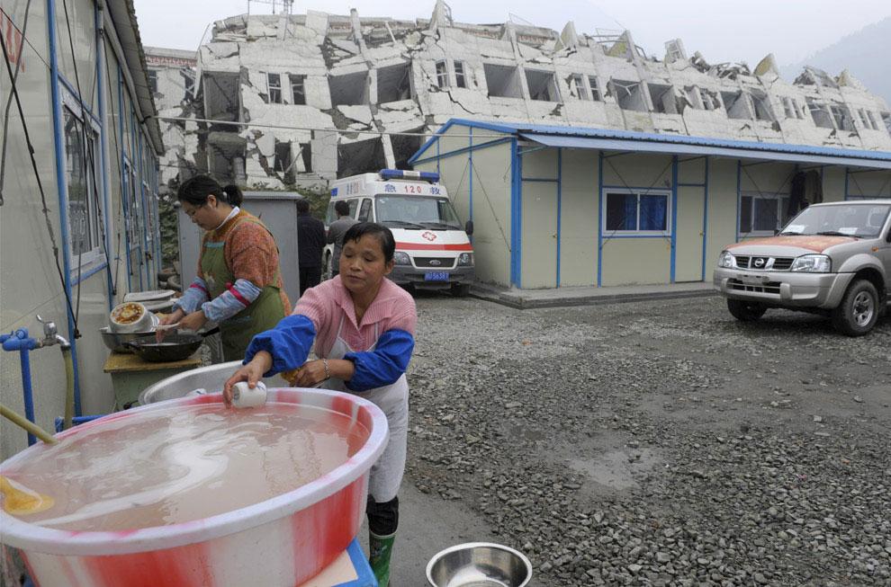 Женщины моют посуду, Бэйчуань, Китай фото