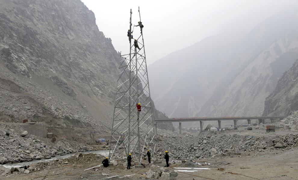 установка опоры линии электропередач, Бэйчуань, Китай фото