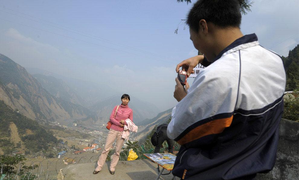 фото на холме возле пострадавшего от землетрясения района, Бэйчуань, Китай