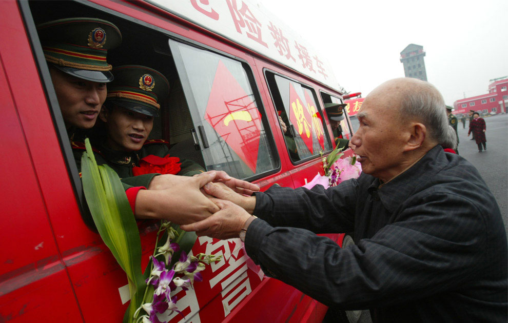пожарные, которые принимали участие в спасательных операциях во время землетрясения, Китай фото