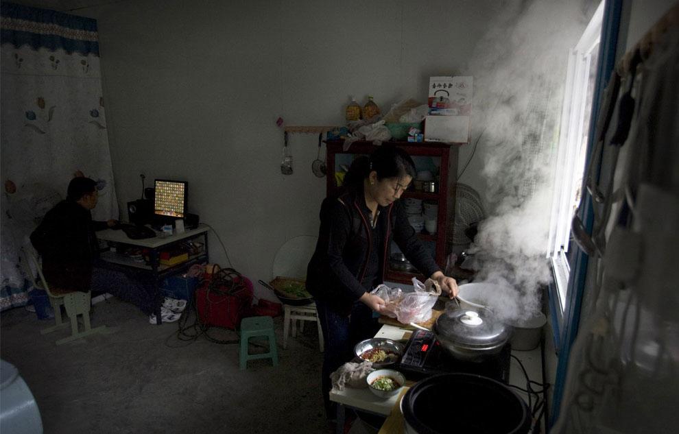 Семья внутри временного жилья, Бэйчуань, Китай фото
