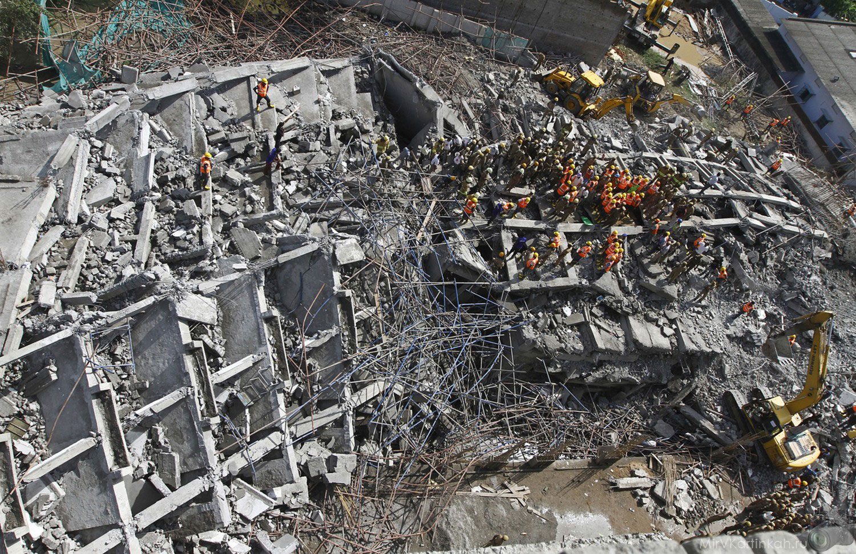 спасатели на руинах