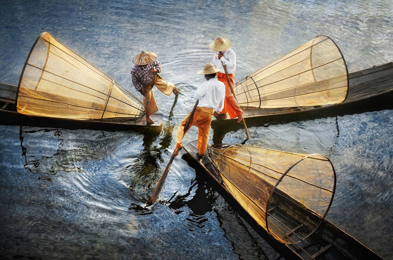 Три рыбака на пресноводном озере Инле, фото