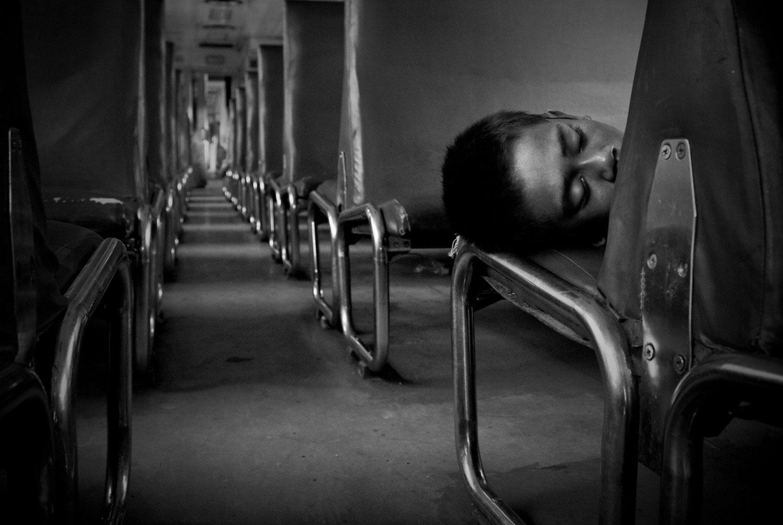 Бездомный ребенок в поезде, фото
