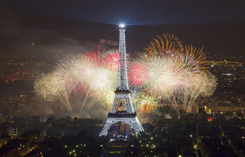 Эйфелева башня под фейерверком