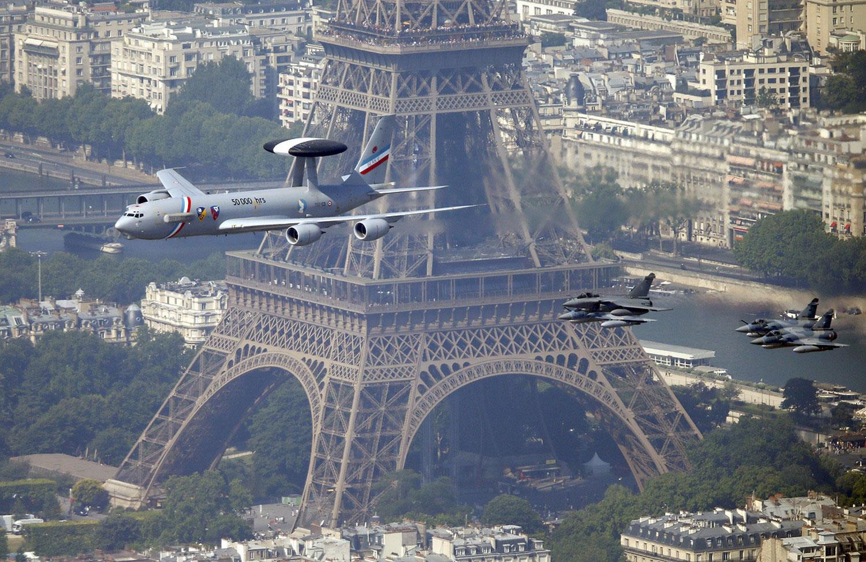самолеты пролетают мимо Эйфелевой башни