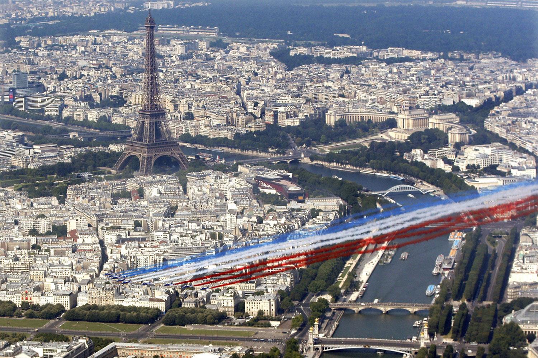 Патруль де Франс пролетает над Парижем