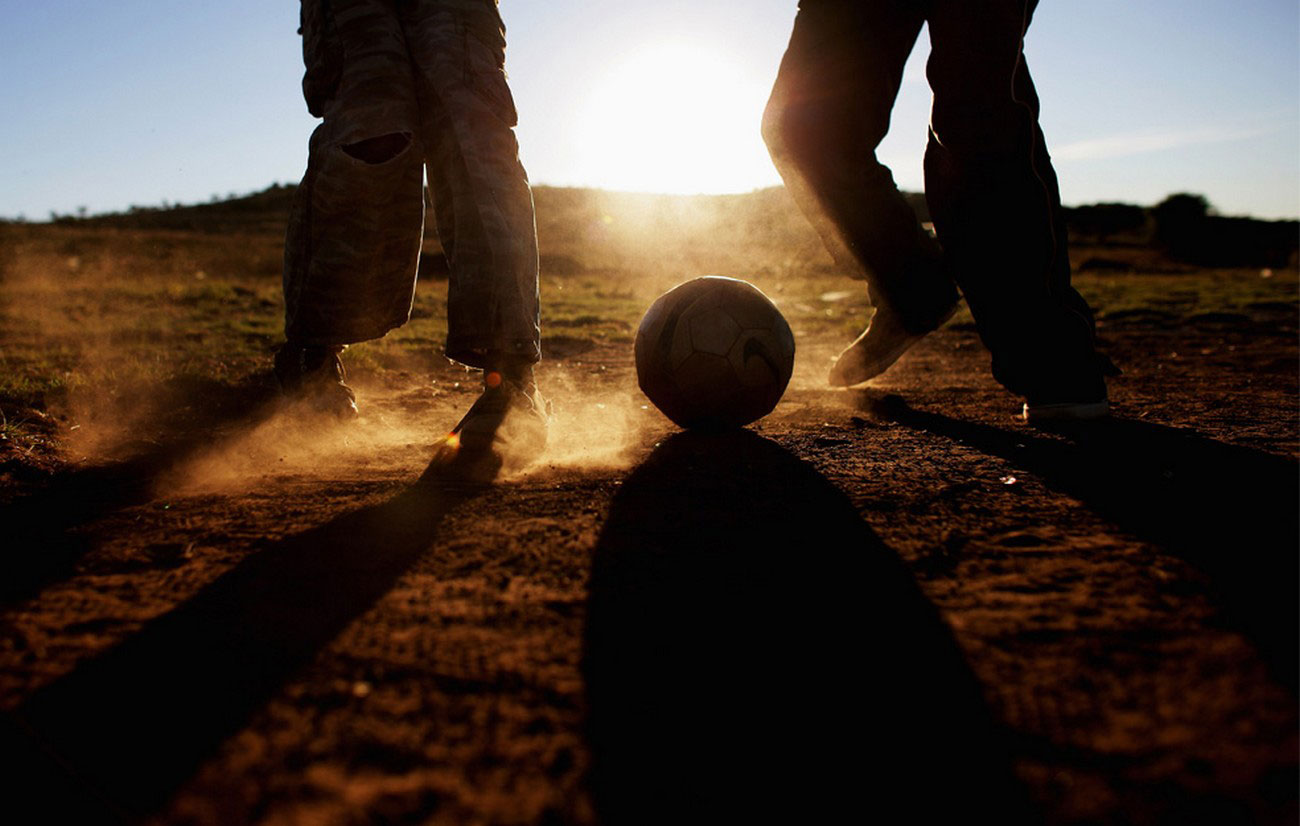 Дети играют в футбол, фото