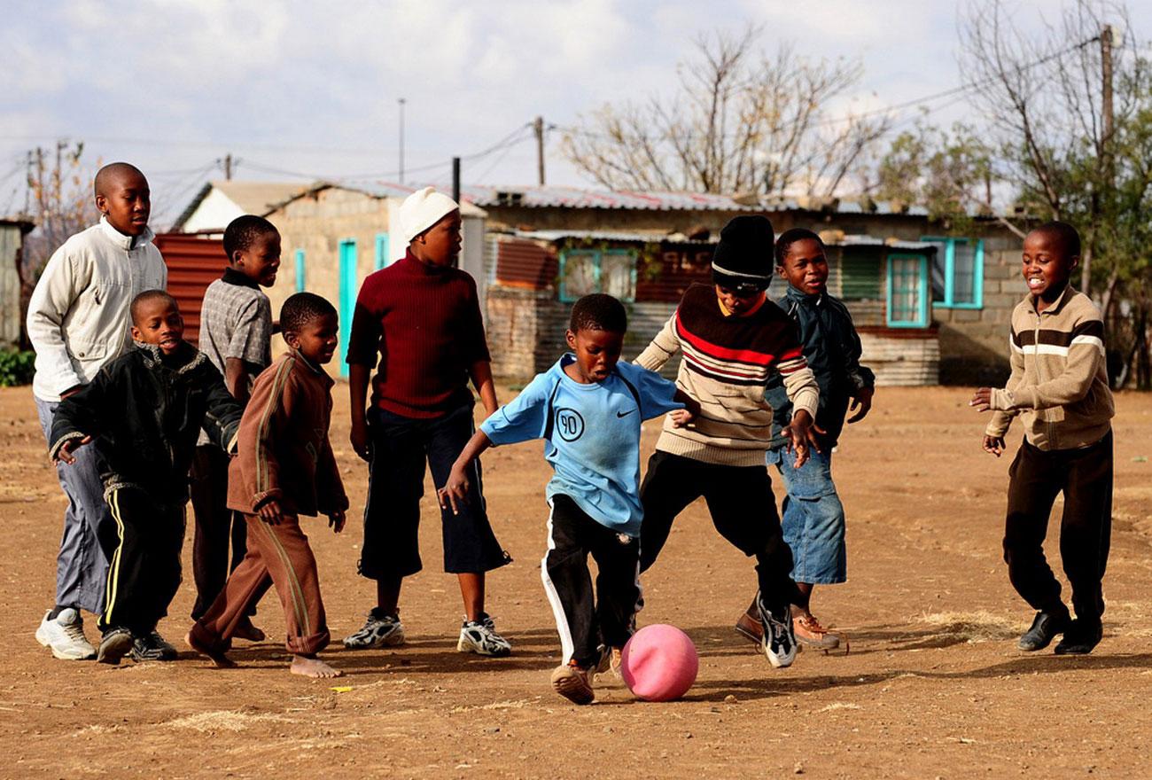 дети играют в футбол в городе Блумфонтейн, фото