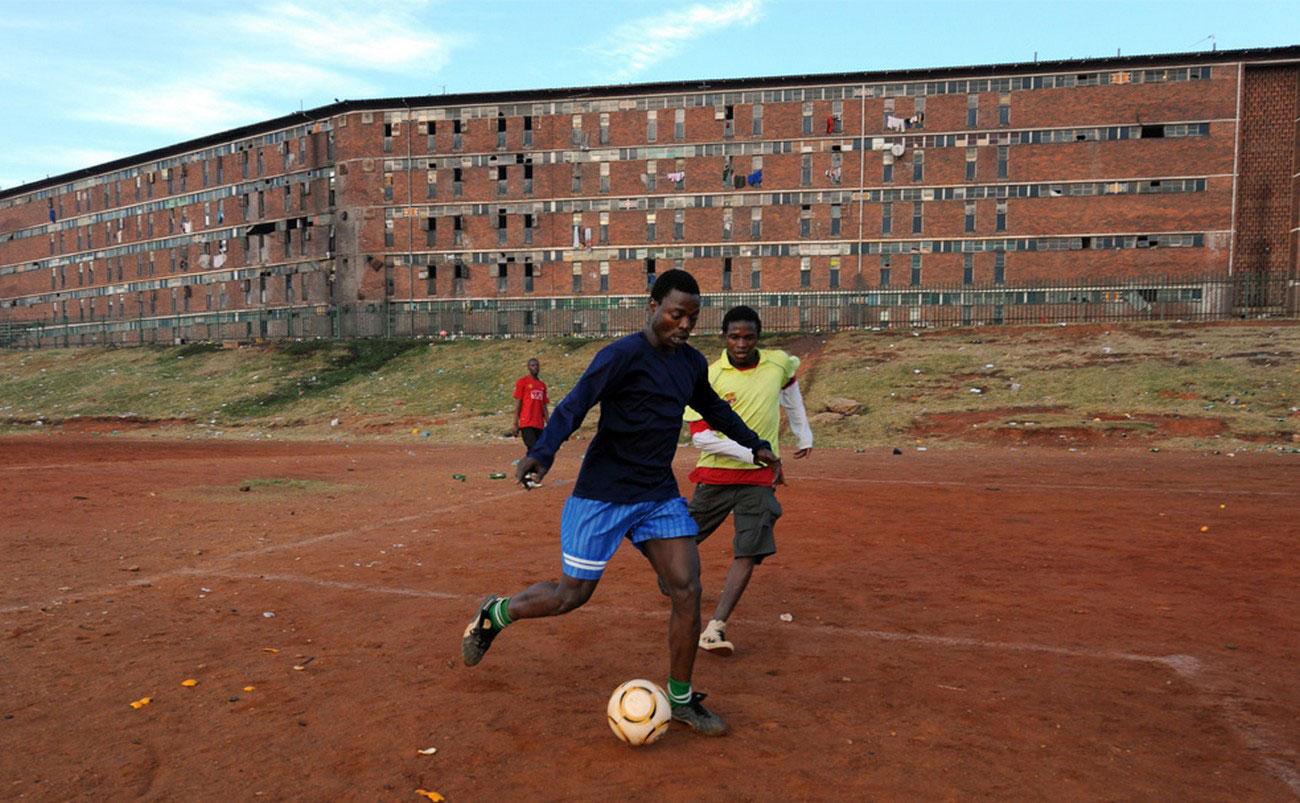 Южноафриканцы играют в футбол, фото