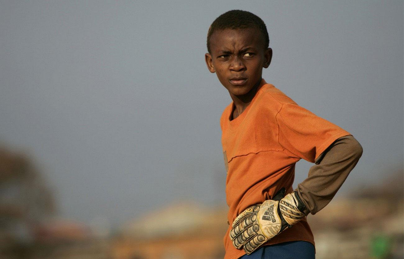 вратарь во время неофициального футбольного матча, фото