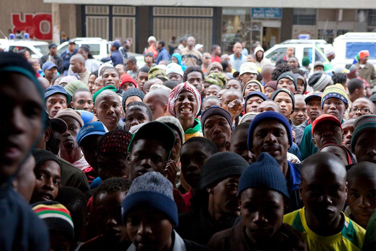 у входа на стадион на футбольный матч между Испанией и ЮАР, фото