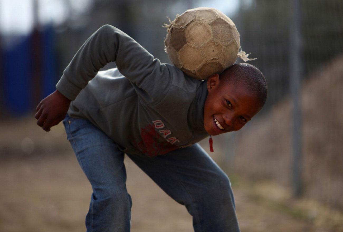 ребенок с мячом, фото