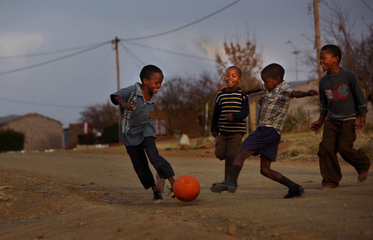 футболисты на улице возле стадиона