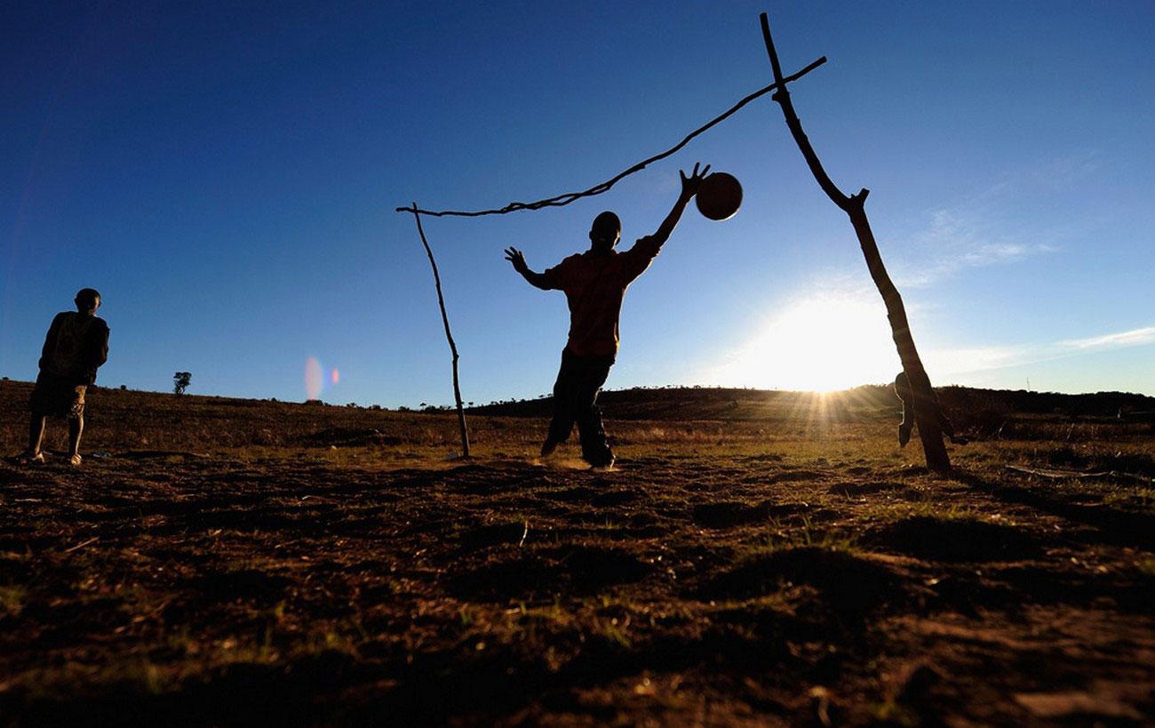 южноафриканский вратарь ловит футбольный мяч