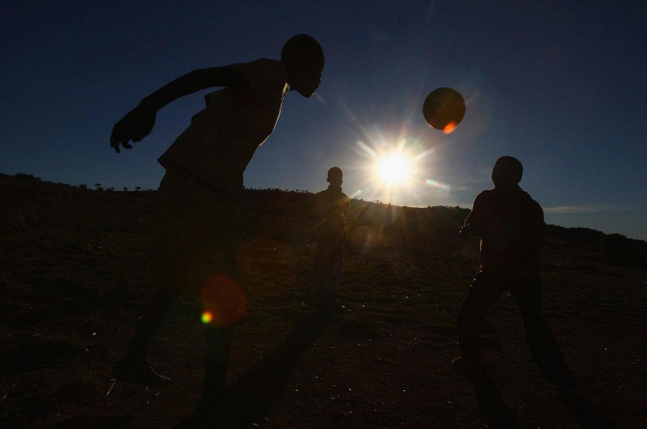 футбол в темноте в Африке