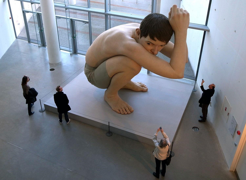 статуя ребенка в музее