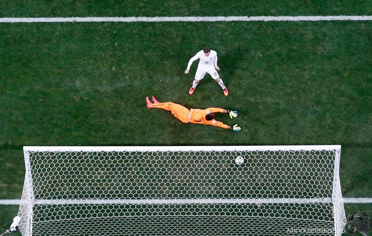 Уэйн Руни забивает гол