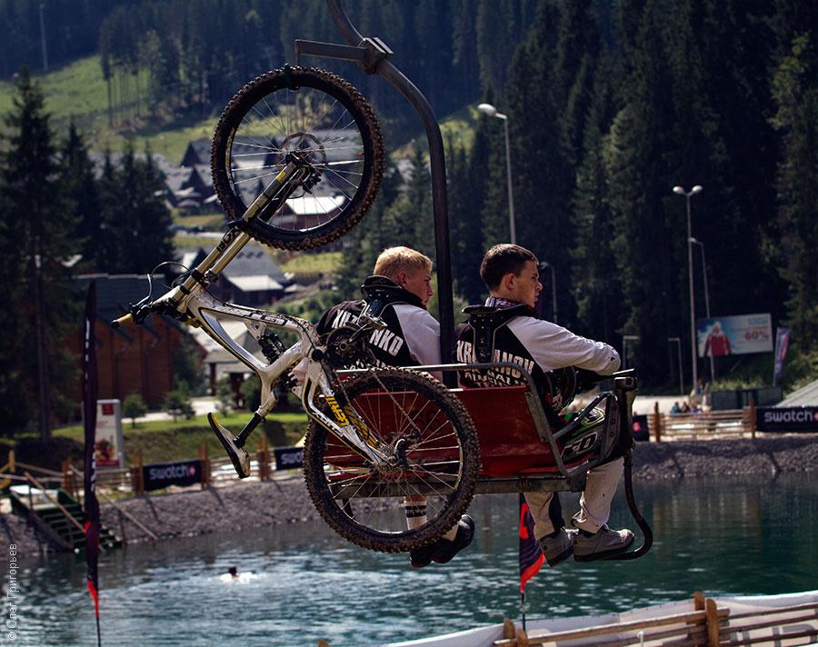велосипедисты поднимаются в гору
