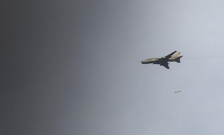 Истребитель ВВС Сирии сбрасывает бомбу, фото