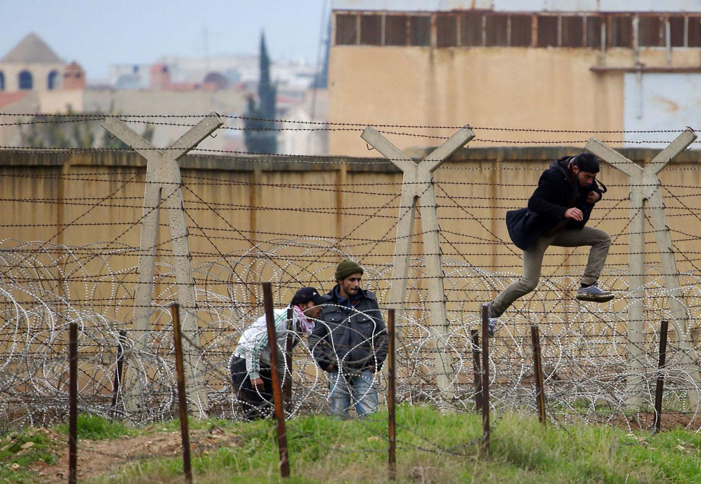 житель перепрыгивает через колючую проволоку, фото