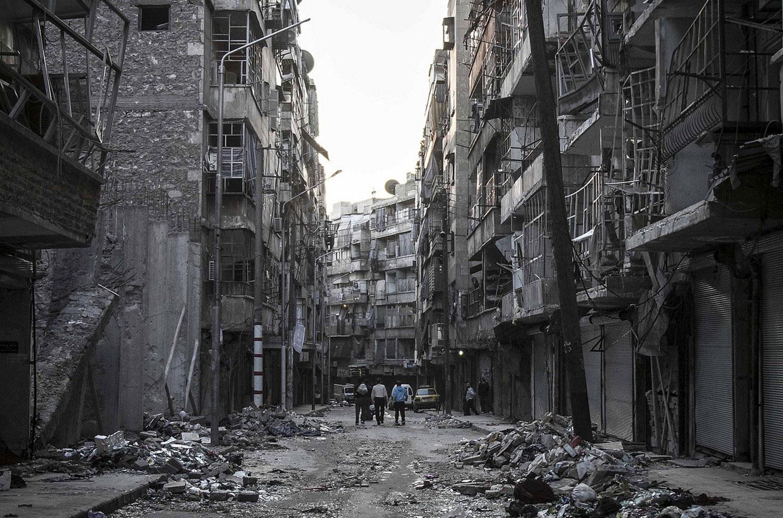 Сирийские жители на руинах, фото